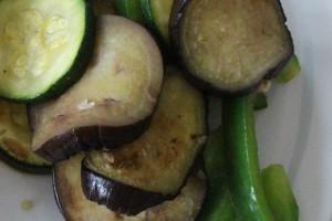 Lun aubergine og squash salat