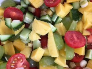 Mangosalat med vindruer og tomater